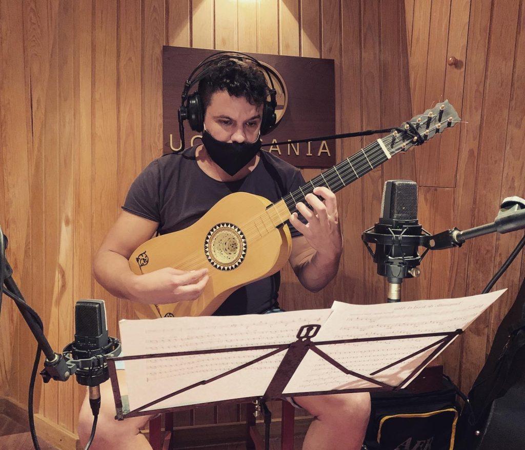 Héctor González Gómez con la guitarra barroca